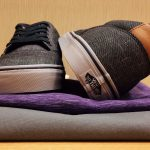 Sneakers, T-Shirt und Hose